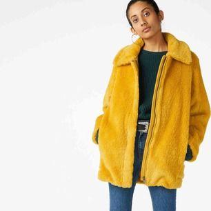 Superfin och sparsamt använd gul pälsjacka från monki, köpt förra hösten! Storlek m men jag som haft den pendlar mellan small och medium i vanliga fall så ja, den funkar för båda. frakt ingår. Kan även mötas upp i Uppsala!