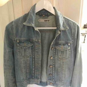 Säljer min absoluta favorit jeans jacka. Den slutar precis vid midjan på mej som är 1.55 väldig väldigt fin är den, ska försöka hitta en bild när jag har på mej den  Frakt tillkommer eller mötas upp i Stockholm