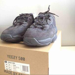 Adidas Yeezy 500 Utility Black i storlek US 10 / EU 43. Skorna är aldrig använda utan bara uttagna från lådan för att fotas så skicket på skorna är 10/10. Skorna är inköpta på Footish i Uppsala och kvitto/orderbekräftelse finns.