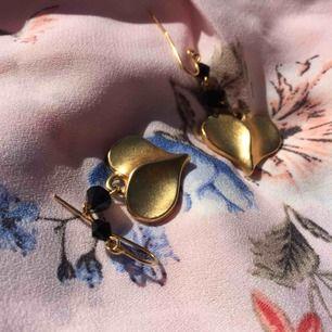 Söta, guldfärgade och nickelfria örhängen som knappt är använda.  Kolla gärna in mina andra annonser! Möts upp på Odenplan eller fraktar:)