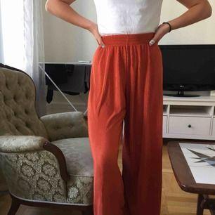 Supersnygga trendiga byxor som är köpta på marknad i New York. Kan därför garantera att ingen har likadana. Superskönt tyg!  Möts upp på Odenplan eller fraktar!