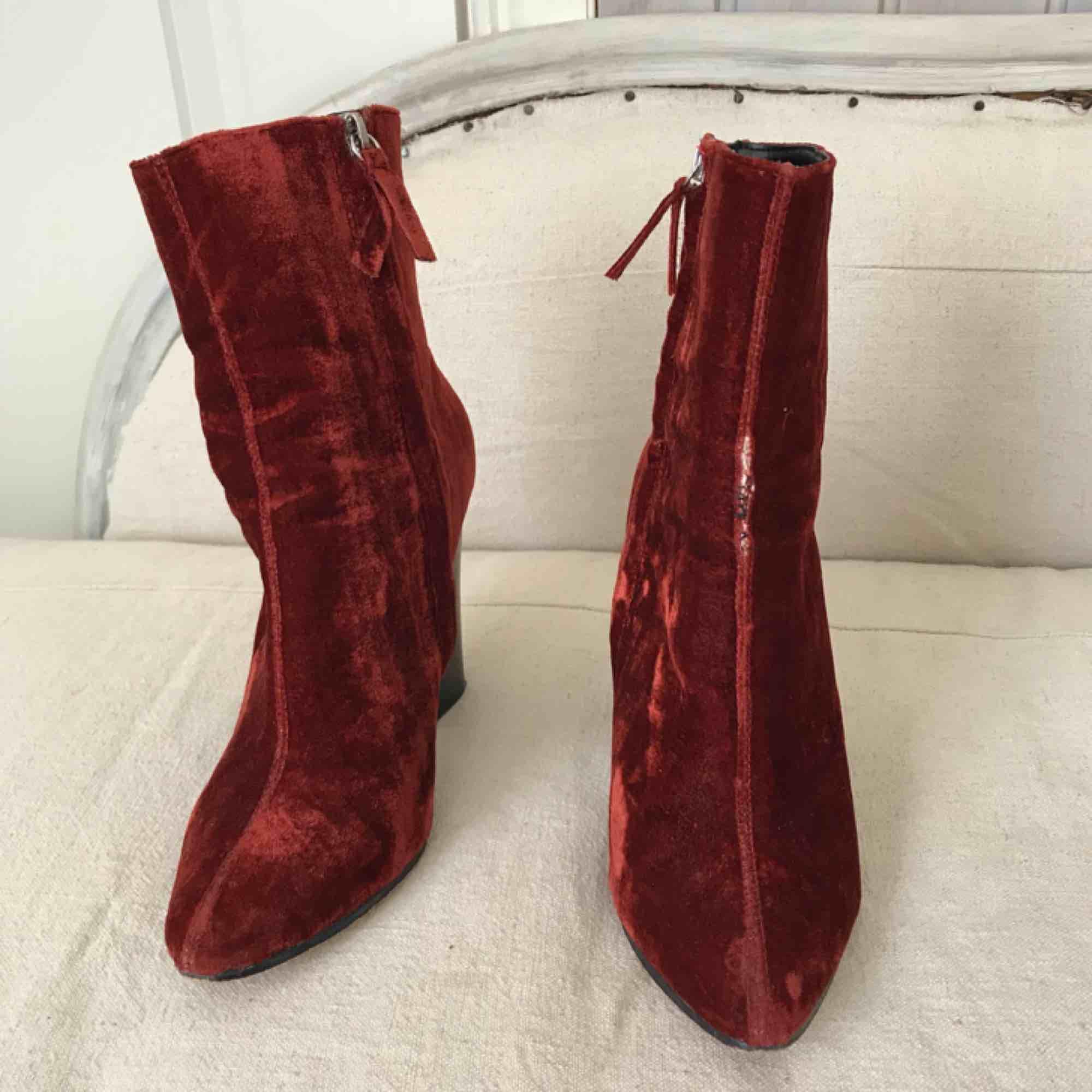 Coola och sköna klackar i sammet burgundy från Zara. I använt skick 47f738422315a