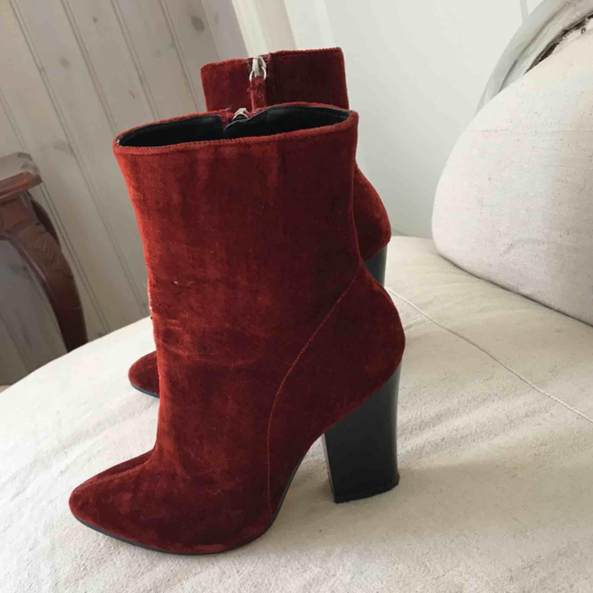... Coola och sköna klackar i sammet burgundy från Zara. I använt skick 908eab7a9fbe9