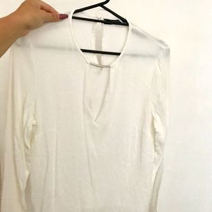 Blus från mango med öppet bröst å silverdetalj. Står st XL men är som en M. Knappt använd.