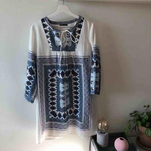 Supersöt klänning med blå/vit mönster som passar både bra som klänning eller som en tunika till ett bar snygga byxor. Kan mötas upp i Stockholm alternativt skickas med post (köparen står för frakt) ✨