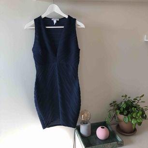 Figursydd marinblå klänning med stripes. Kan mötas upp i Stockholm alternativt skickas med post (köparen står för frakt) ✨