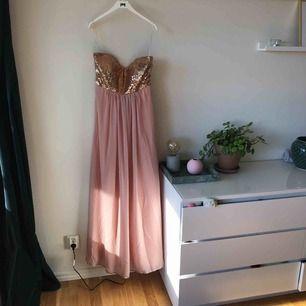 En bal på slottet.. kan du få gå på med denna klänning. Du kan även ha den vid jobbfester, skolbal, eller andra evenemang. Otroligt söt är den. Färgen är Dusty pink.   Kan mötas upp i Stockholm alternativt skickas med post (köparen står för frakt) ✨