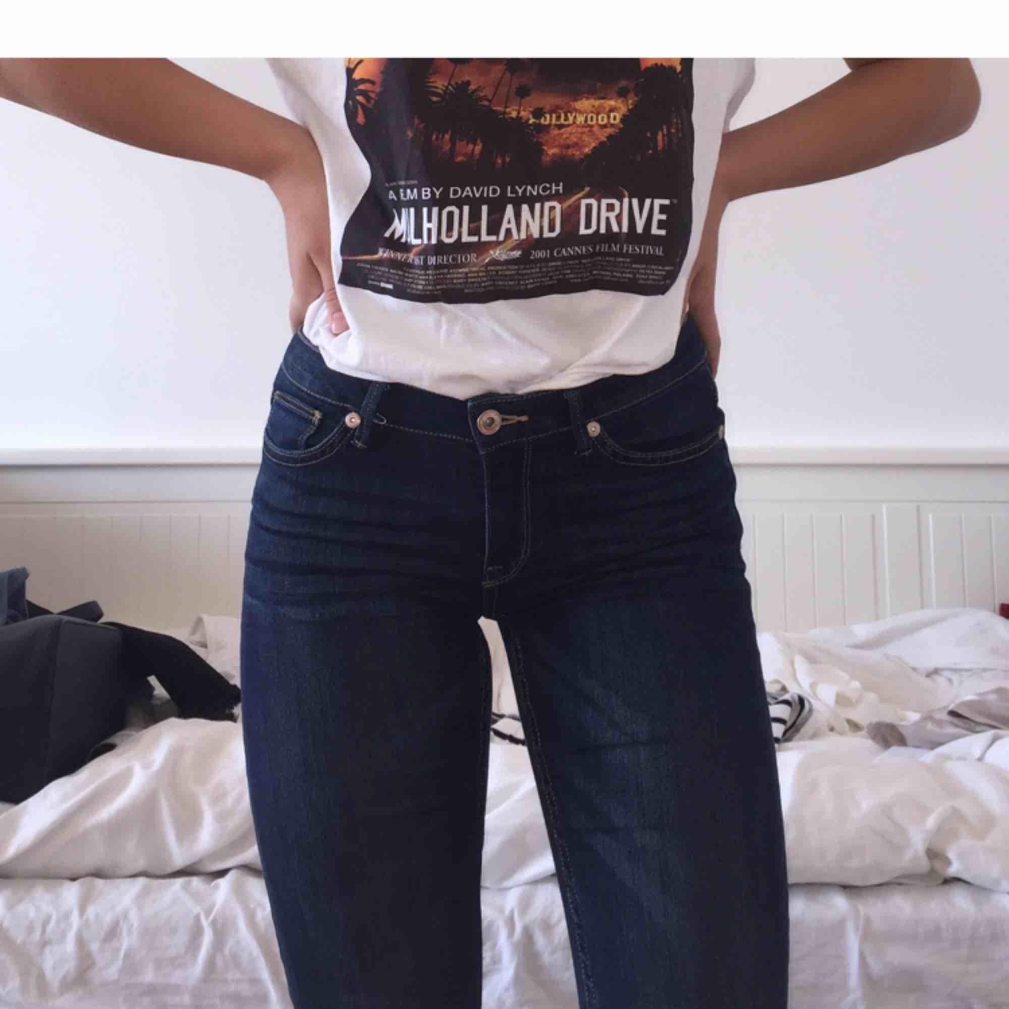 Ett par mörkblåa bootcut jeans ifrån Lindex i storlek 34. Jättefina och i  superbra skick ... 0e931874d5bad