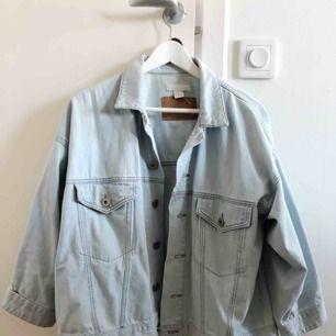 SÅ FIN oversize jeansjacka i ljusblå från HM. Slutsåld och populär modell som passar till allt. Knappt använd pga att jag har för många jackor :( Storlek 36 men passar 34-38 beroende på hur du vill att den ska sitta.
