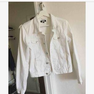 Vit jeansjacka med vita broderade detaljer vid rygg samt bröstfickorna.
