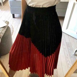 En plisserad lång kjol, super fin! Från zara! Svårt med stl då den är väldigt stretchig, anspassar sig efter midjan. Står S men kan gå ner och upp åt. Den kommer tyvärr inte till användning för mig, bytt still :(😍😍 (kan gå ner i pris vid snabb affär)