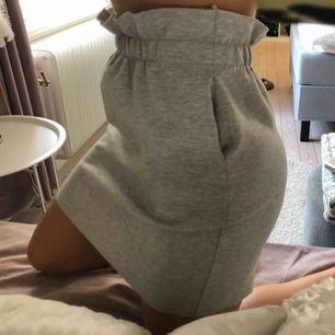 Säljer en super fin kjol med volang resår upptill i ljus grå med fickor 🤩🤩