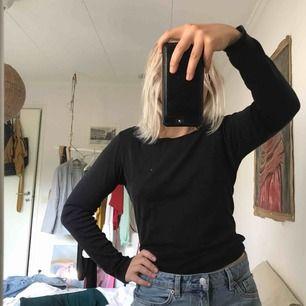 Snygg skön baströja från Gina tricot i storlek M. Ett minihål som syns på bild 4, annars i mycket fint skick. Frakt tillkommer på 36kr:)