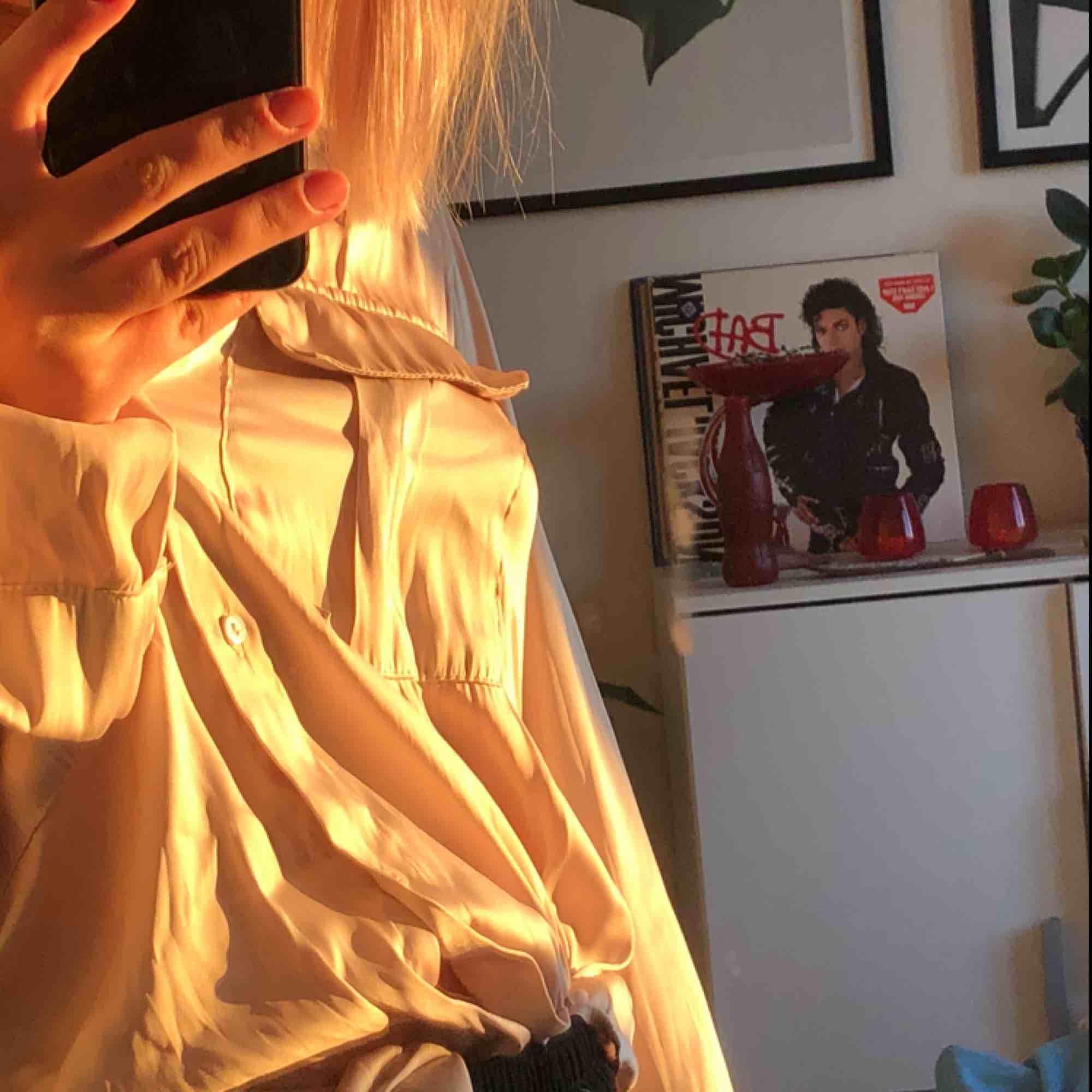 jättefin blus/skjorta från hm i en guld/beigeaktig färg. superfint skick.. Blusar.