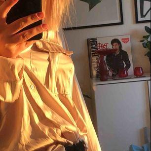 jättefin blus/skjorta från hm i en guld/beigeaktig färg. superfint skick.