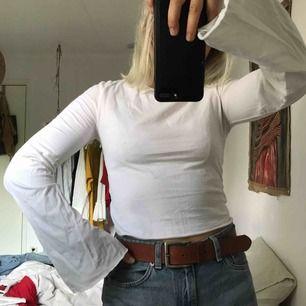 Snygg tunn tröja från urban outfitters. Använd en gång och sedan tvättad. I lite cropped modell.