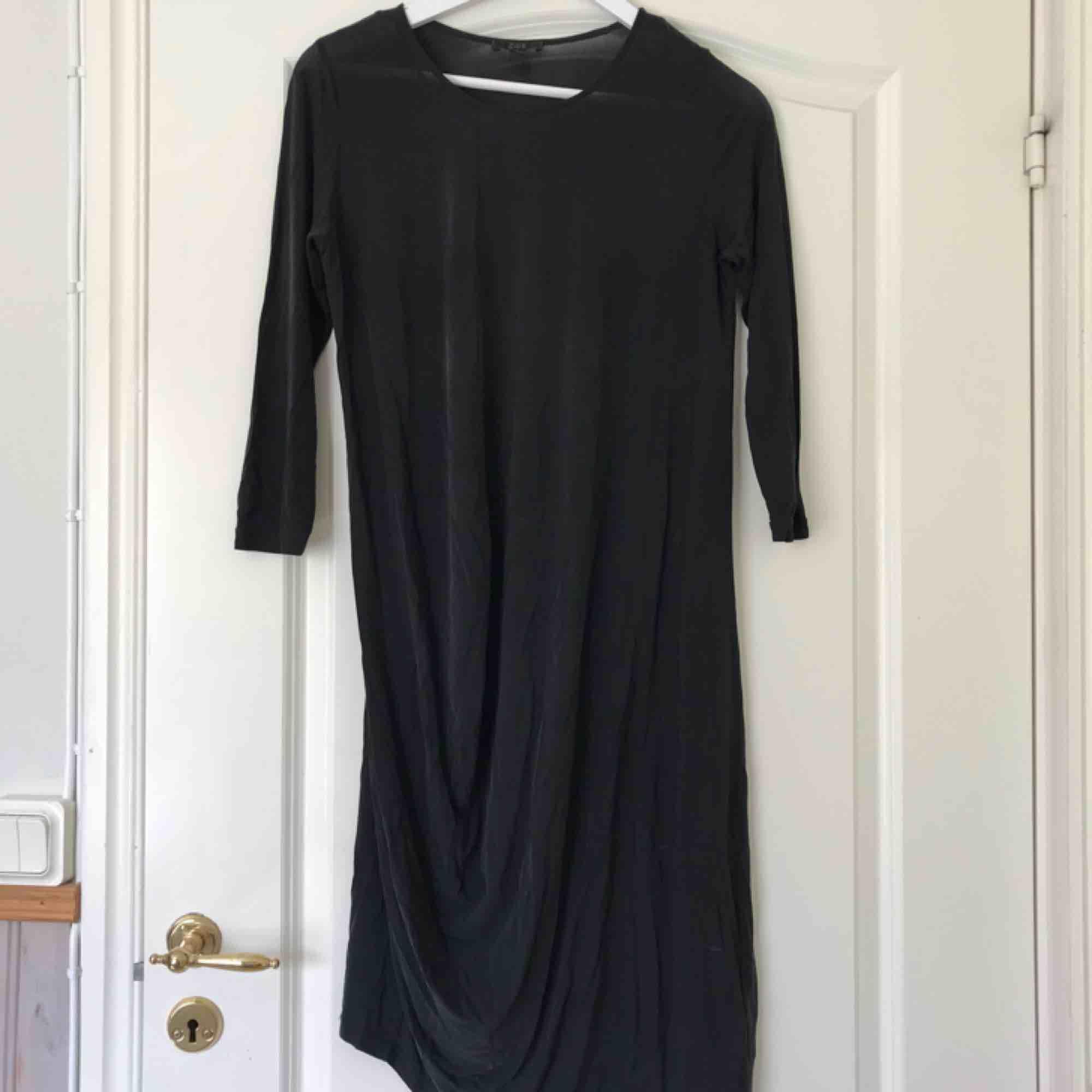 1dae16c25a0b COS lång klänning i tunnare material - COS Klänningar - Second Hand