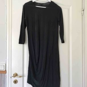 COS lång klänning i tunnare material. Jättefin på! I fint skick. Frakt tillkommer ✨