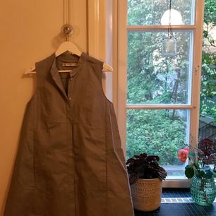 Fin klänning med fickor, snygg passform. Säljer pga för stor för mig och har därmed aldrig använt.