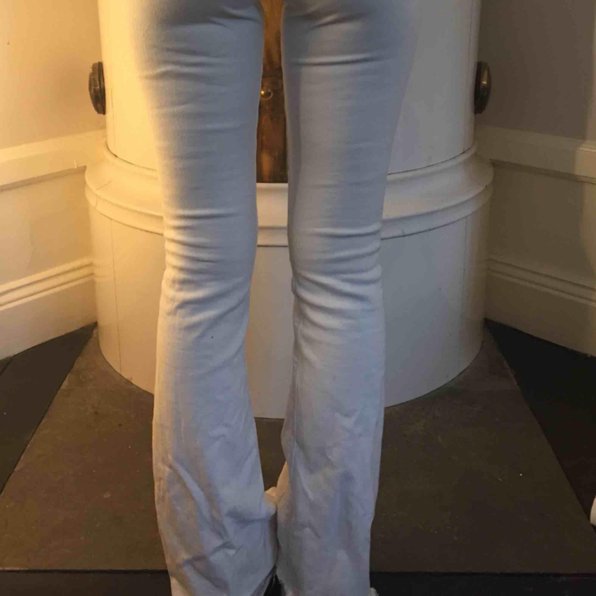 Vita jättesnygga bootcut jeans från zara. Jeans & Byxor.
