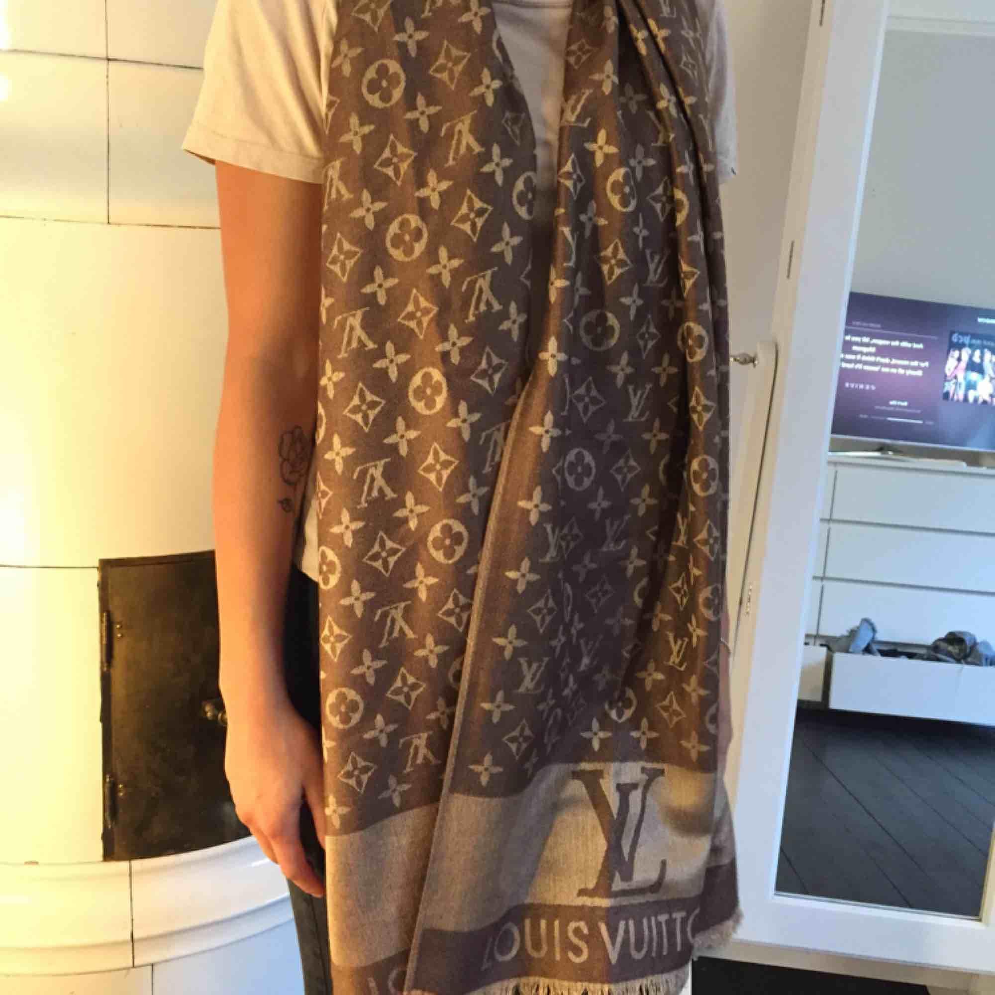 A-kopia LV-sjal, ljusbrun på insidan mörkbrun på utsidan, NYSKICK!! Använd typ en gång :). Accessoarer.