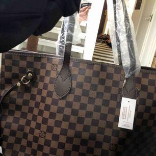 """Jag säljer en aaa-kopia av Louis Vuitton's """"never full bag"""" super fint skick! Aldrig använd kontakta mig om ni vill ha fler bilder. Dustbag följer med och vid snabbt köp kan man få med en LV nessesär också!(aaa- Kopia)"""