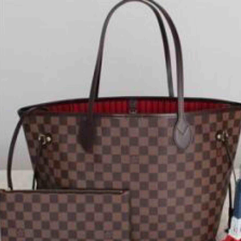 """Jag säljer en aaa-kopia av Louis Vuitton's """"never full bag"""" super fint skick! Aldrig använd kontakta mig om ni vill ha fler bilder. Dustbag följer med och vid snabbt köp kan man få med en LV nessesär också!(aaa- Kopia)  . Väskor."""
