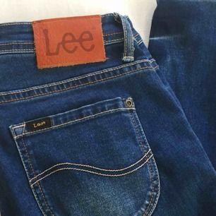 Jeans från Lee i perfekt skick! Väldigt stretchiga så passar även nån storlek större. Skriv om du har frågor! Möts i centrala sthlm.