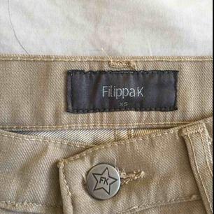 Snygga kostymbyxor/jeans från Filippa K. Köpta på second hand. Tajta i midjan o raka efter knäna. Skriv om du har frågor! Möts i centrala Sthlm.