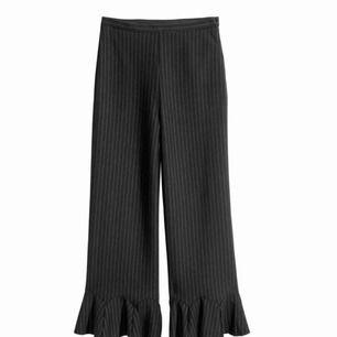 - H&M trend  - strl 34 - använd 4-5 gånger - kritränder - svart/mörkblå/vit - culottes byxor med volang ner till - hög midja och stretch