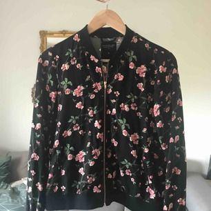 Blommig zip-tröja från lager 157, storlek S. Använd en gång. 💌 frakt är 20kr