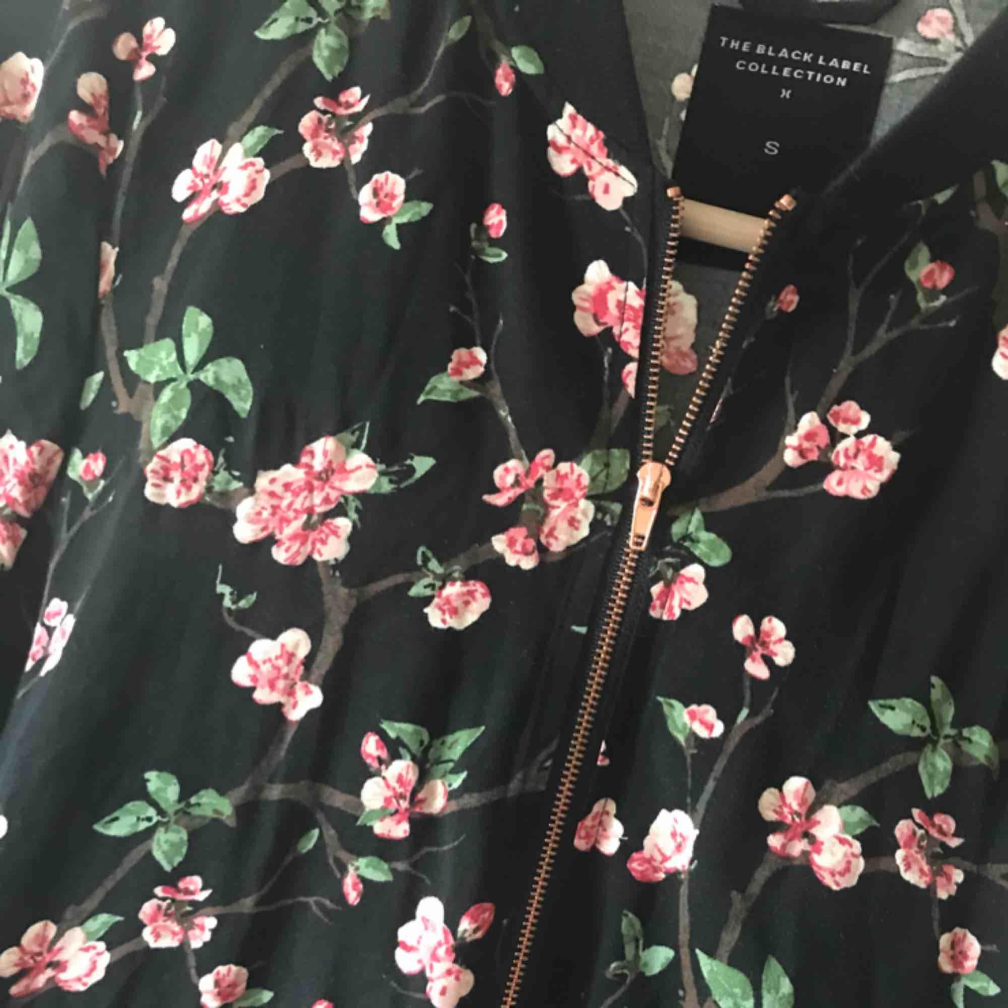 Blommig zip-tröja från lager 157, storlek S. Använd en gång. 💌 frakt är 20kr. Tröjor & Koftor.