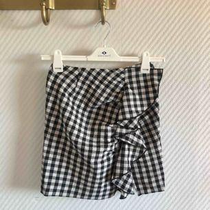 - H&M trend - schackrutig kjol - volang och slits på sida - nyskick