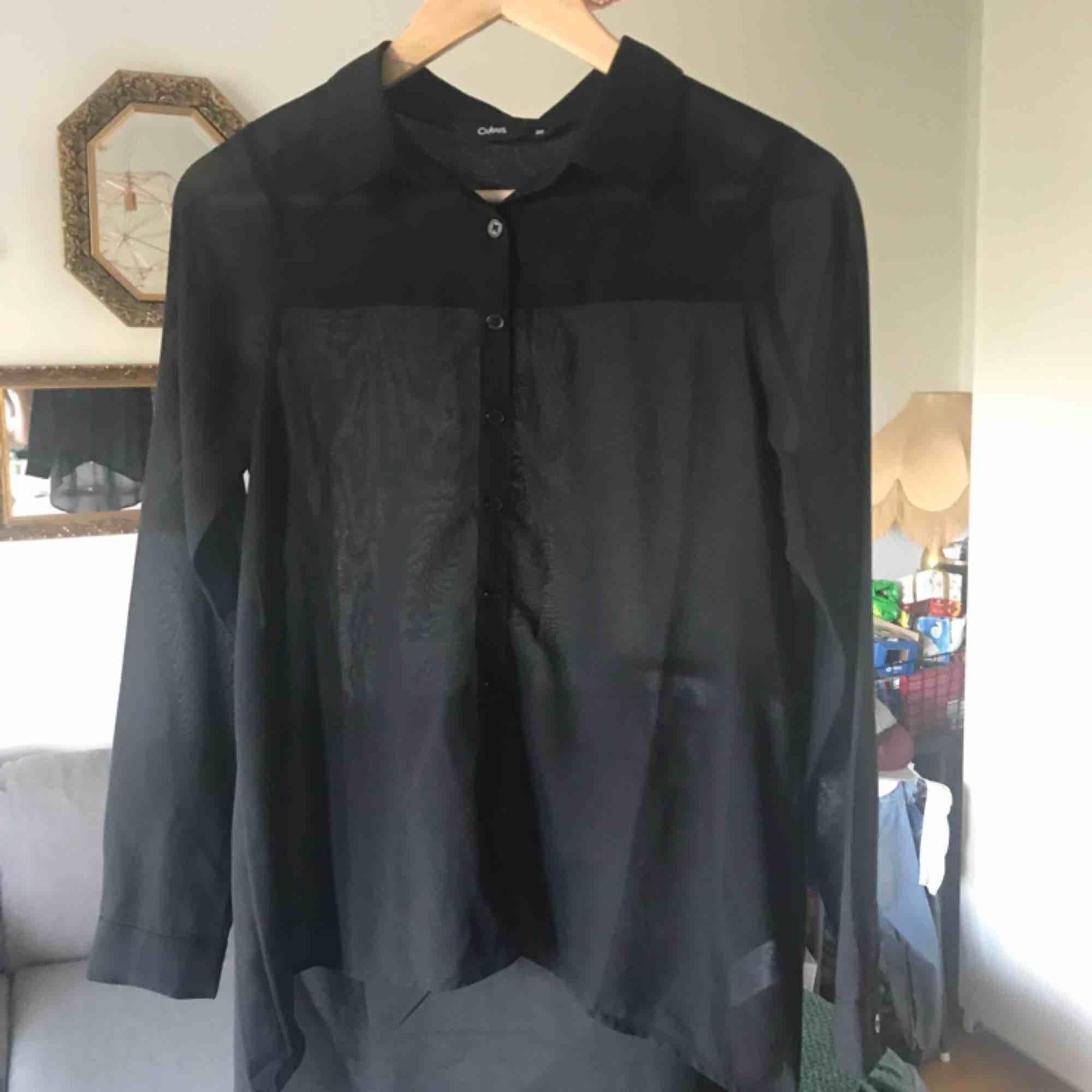 Transparent skjorta från Cubus, längre baktill. Storlek 36. Använd fåtal gånger. 💌 frakten är 10kr . Skjortor.