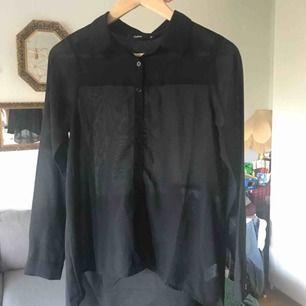 Transparent skjorta från Cubus, längre baktill. Storlek 36. Använd fåtal gånger. 💌 frakten är 10kr