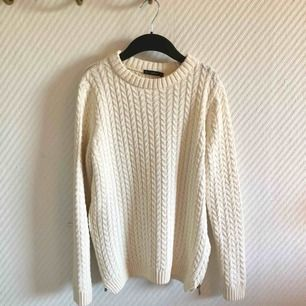 - Zara - beige stickad mysig tröja - dragkedja på sidan - storlek M, passar S också  - nyskick