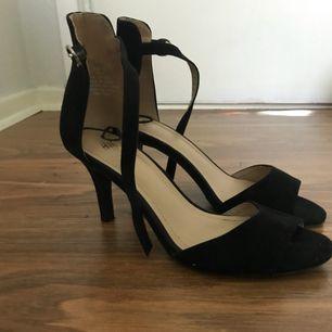 Svarta skor i stl 37 från H&M. Klackhöjd 6cm! Priset är inkluderat med frakt.