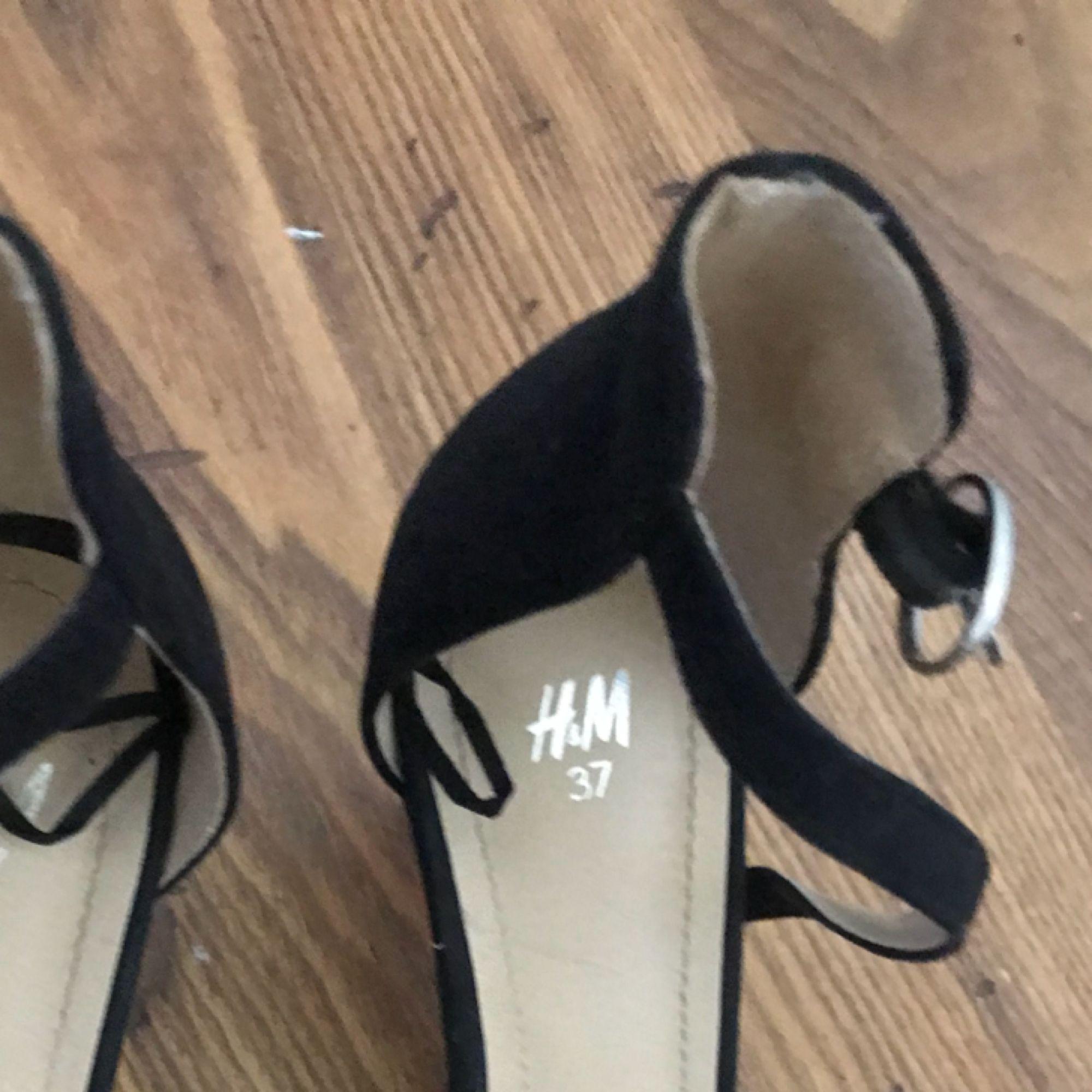 Svarta skor i stl 37 från H&M. Klackhöjd 6cm! Priset är inkluderat med frakt. . Skor.