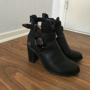Svarta skor med silvriga spännen, dragkedja bak. Stl 37! 7-8 cm klack! Priset inkl frakt