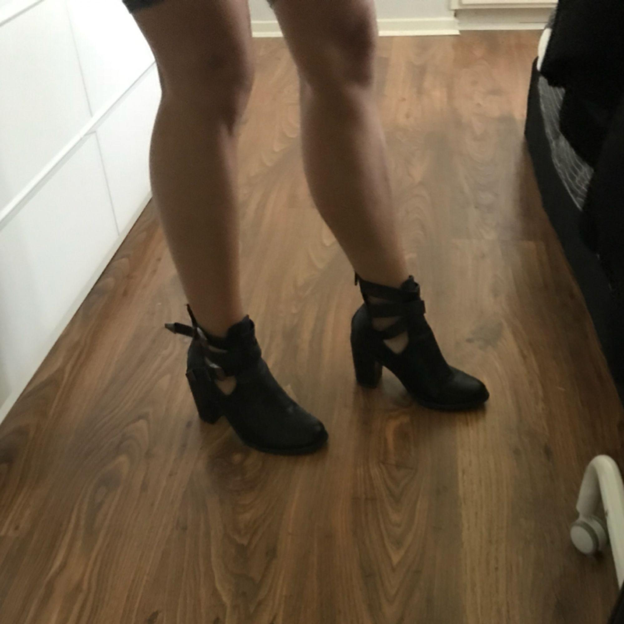 Svarta skor med silvriga spännen, dragkedja bak. Stl 37! 7-8 cm klack! Priset inkl frakt. Skor.