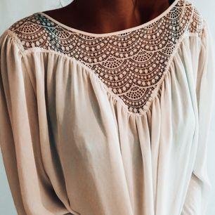 Jättefin vit blus från H&M i storlek 38 aldrig använd. Frakt tillkommer