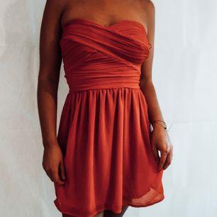Jättefin röd bandeau klänning köpt second hand i väldigt bra skick och använd 1 gång. Älskar den men kommer inte till användning. Frakt tillkommer
