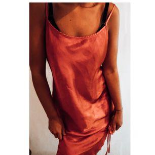 Sjukt fin röd klänning i siden. Köpt på humana i bra skick. Kommer aldrig till användning. Frakt tillkommer