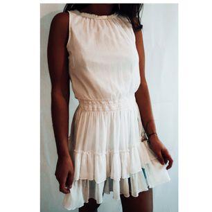 Jättefin vit Klänning från Zara. I bra skick. Frakt tillkommer