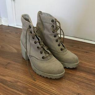 Beiga Vagabond boots köpta på Scorett. Stl 36! 7 cm klack 2 cm platå. Med gummisula riktigt sköna dock lite för små för mig tyvärr. Kika in mina övriga annonser. Priset är inkl med frakt