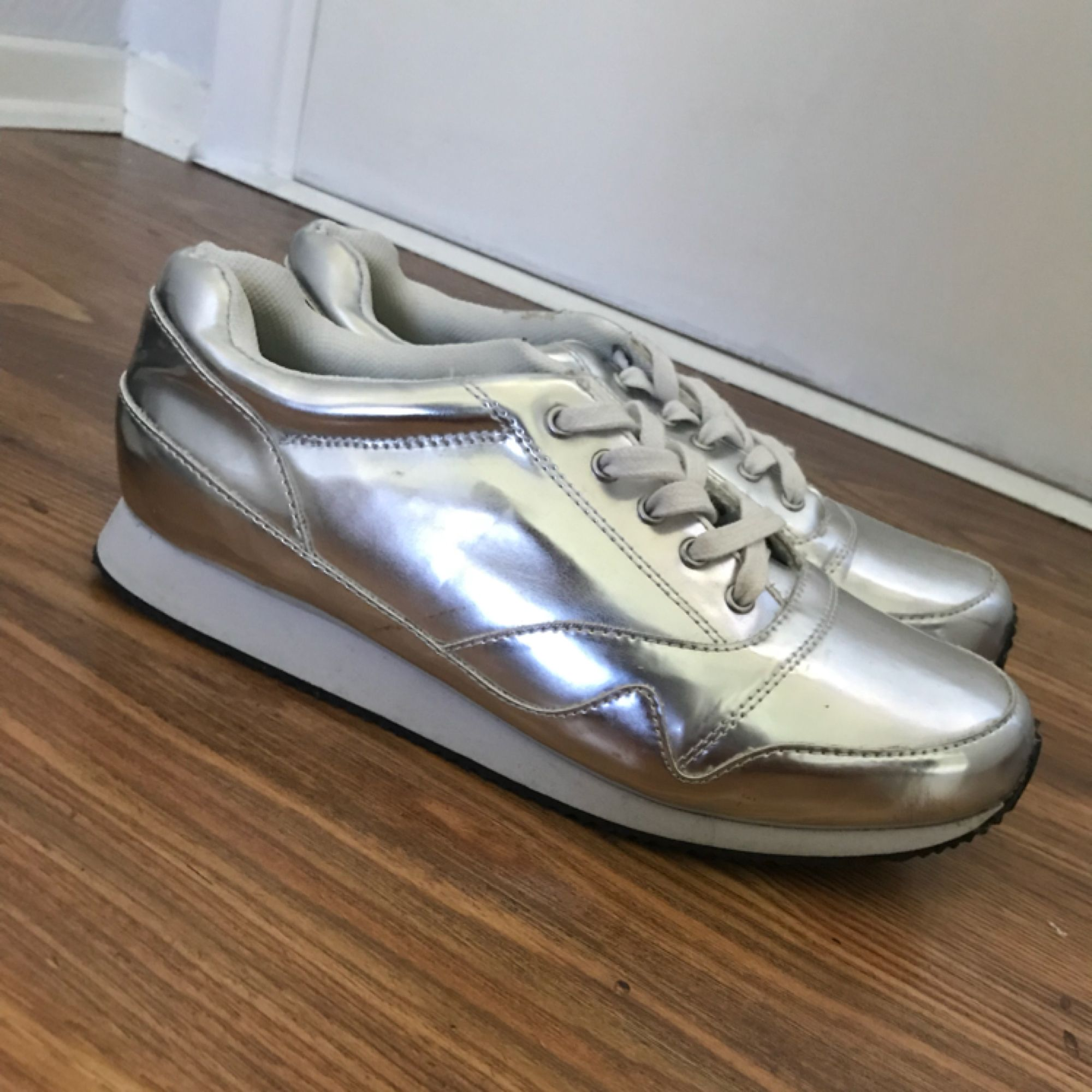 Riktigt balla Silvriga skor ifrån Bianco endast använda 1 gång då dom är förstora för mig tyvärr. Stl 38 priset är inkl frakt, kika gärna in mina övriga annonser. . Skor.