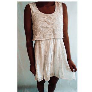 Vit klänning från Zara aldrig använd i storlek S.  Frakt tillkommer