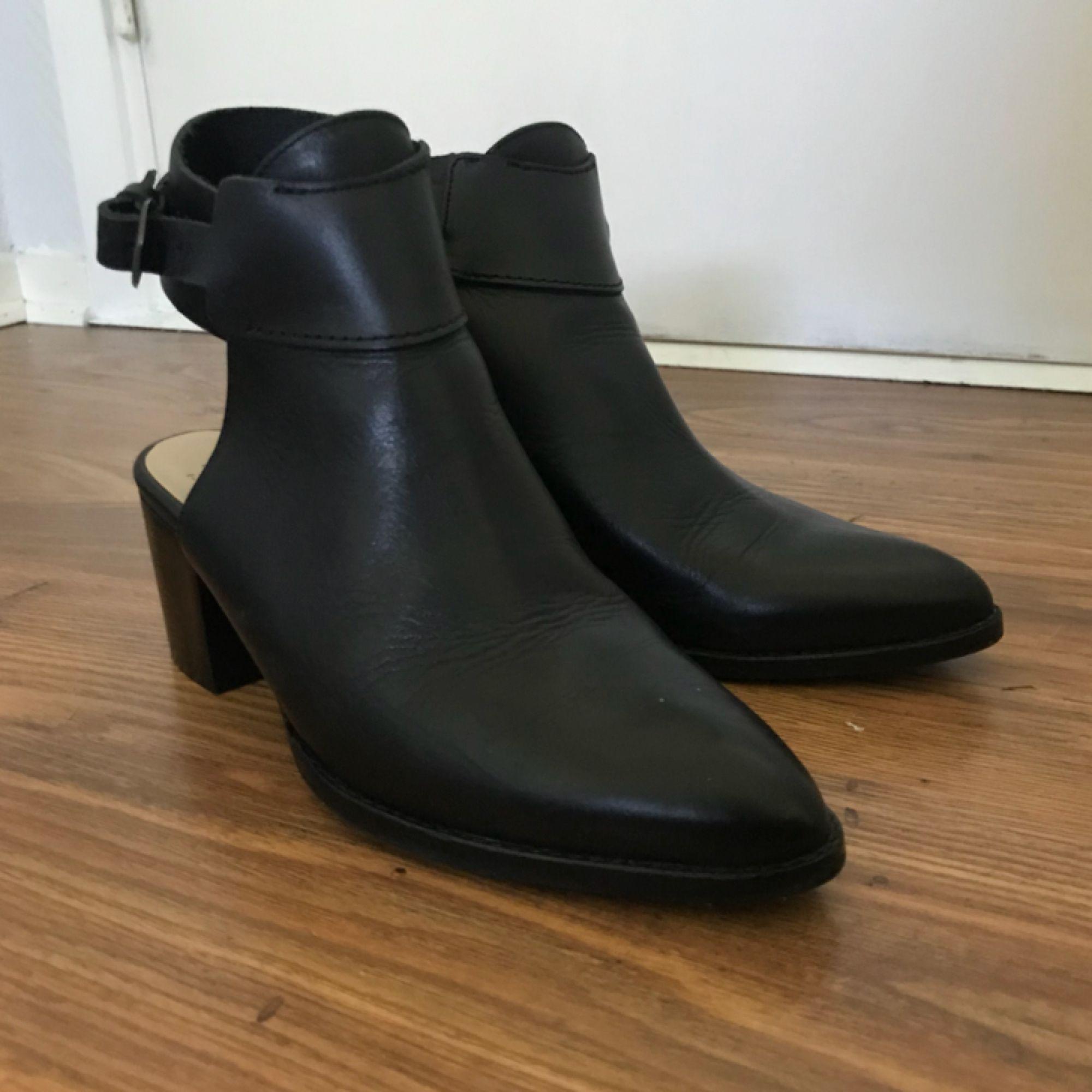Svarta Open heel skor ifrån Zara i stl 36. Priset är inkl frakt, kika gärna in mina övriga annonser. . Skor.