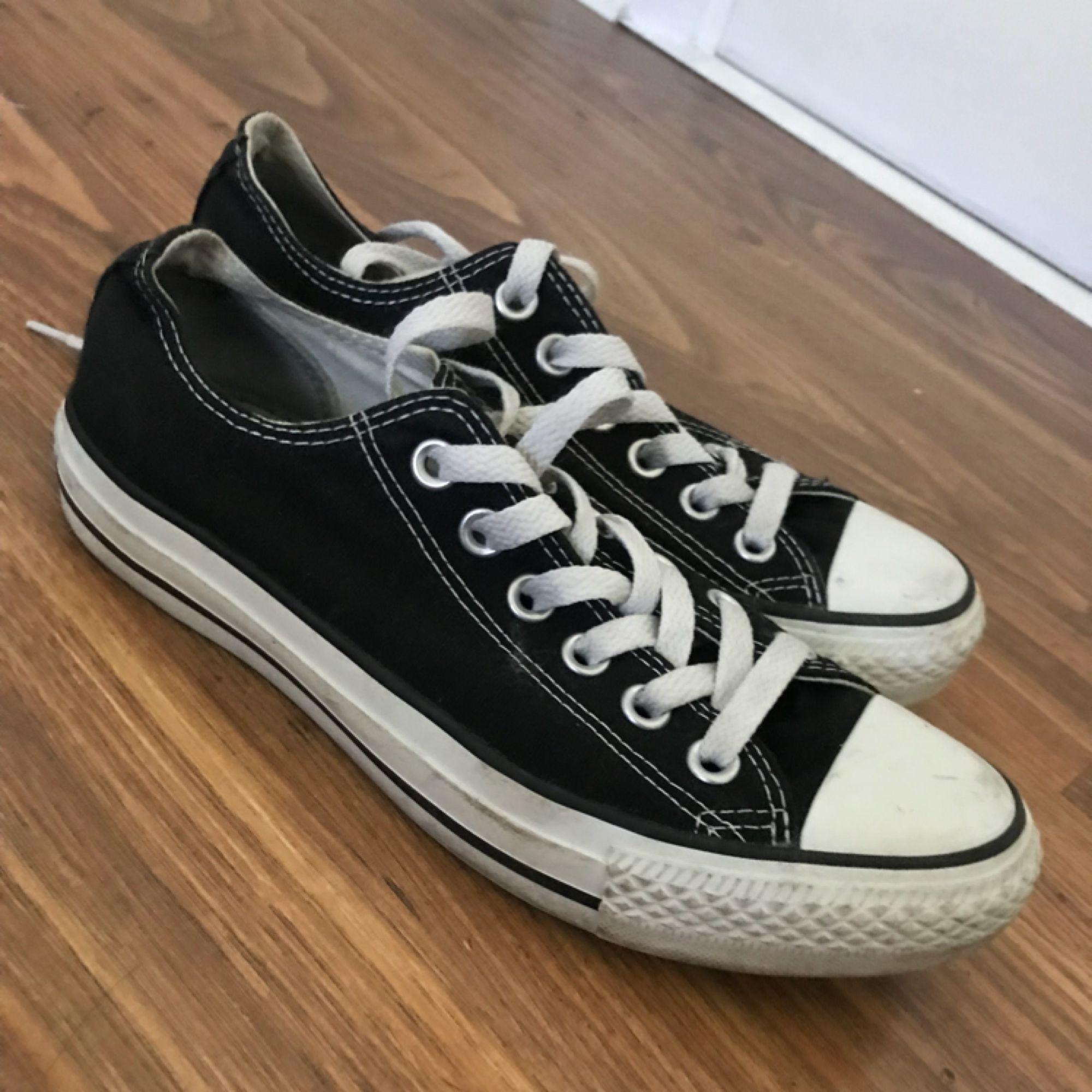 Svarta Converse knappt använda i stl 37. Priset inkl frakt, kika gärna in mina övriga annonser. . Skor.