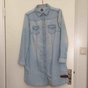 Så fin vintage skjortklänning som tyvärr knappt kommit till användning! Skulle säga att den passar S-M. Väldigt snygg med skärp till. 50kr frakt